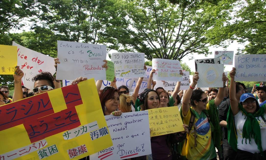 Brasileiros fazem protesto em Tóquio Foto: Cláudia Sarmento / O Globo