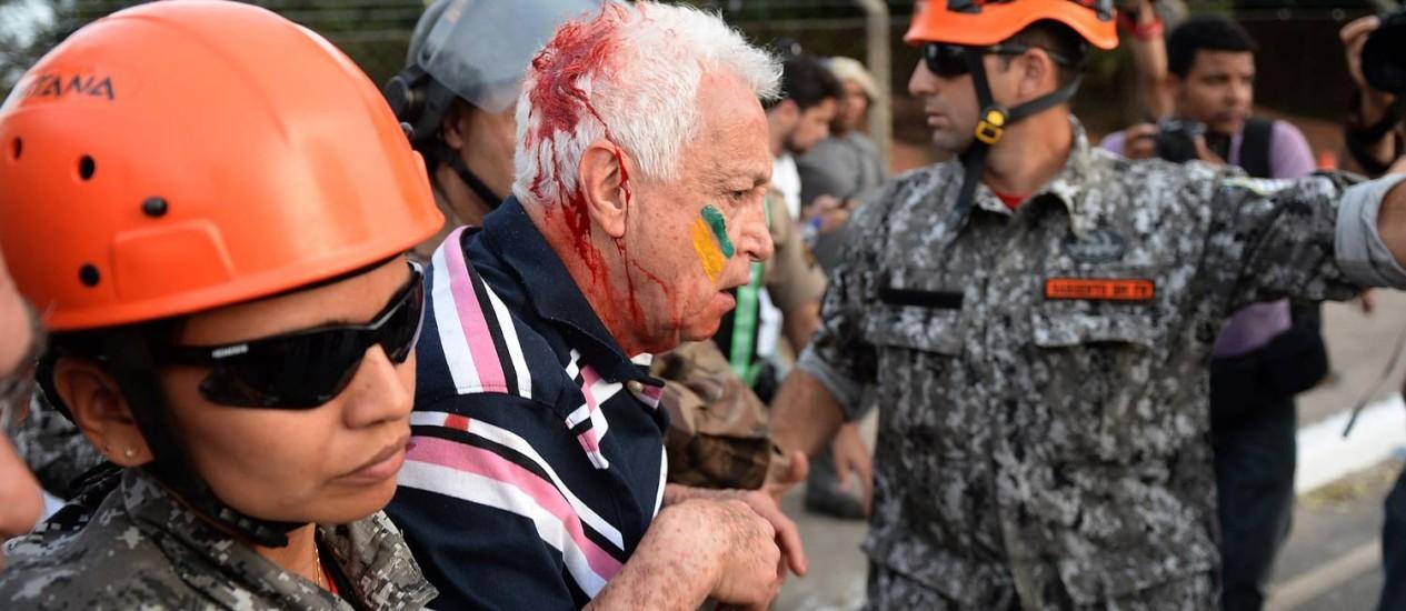 Idoso fica ferido em protesto em Belo Horizonte durante confronto entre policiais e manifestantes Foto: AFP