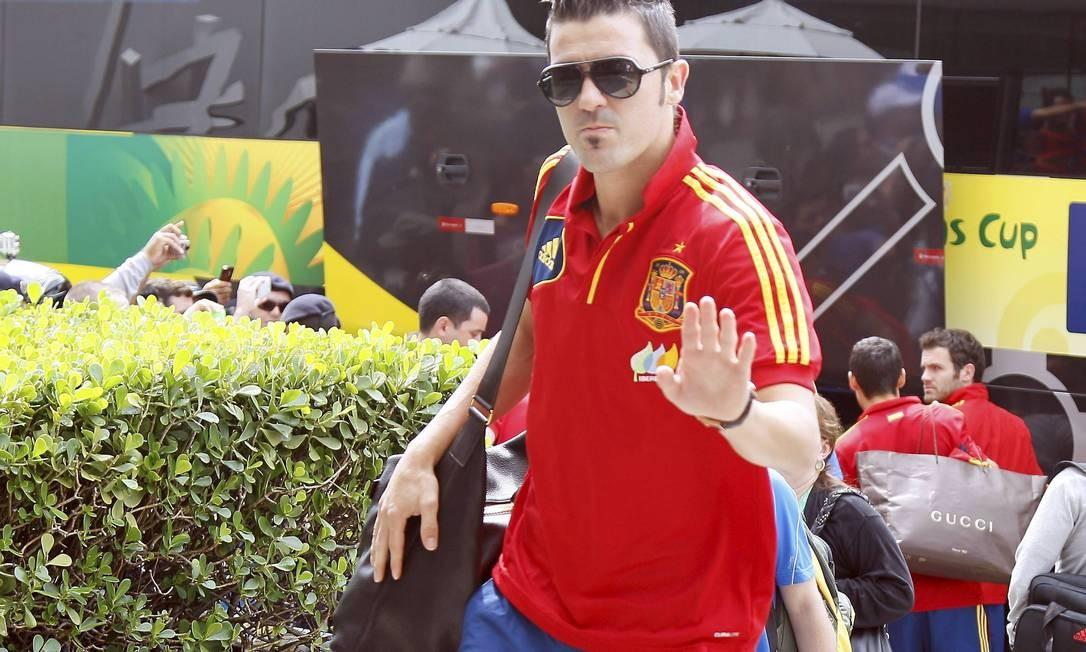 O atacante David Villa também não abriu mão dos óculos escuros durante as viagens da seleção espanhola na competição Foto: Cezar Loureiro / Agência O Globo