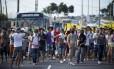 Manifestantes bloqueiam um dos acessos ao estádio Castelão, em Fortaleza