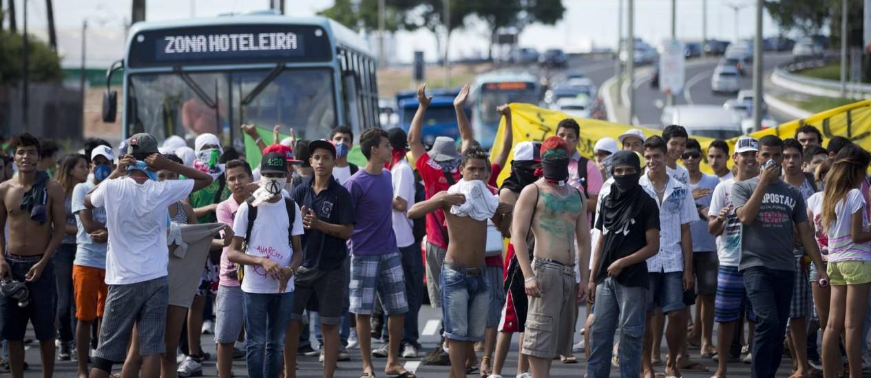 Manifestantes bloqueiam um dos acessos ao estádio Castelão, em Fortaleza Foto: Victor R. Caivano / AP Photo
