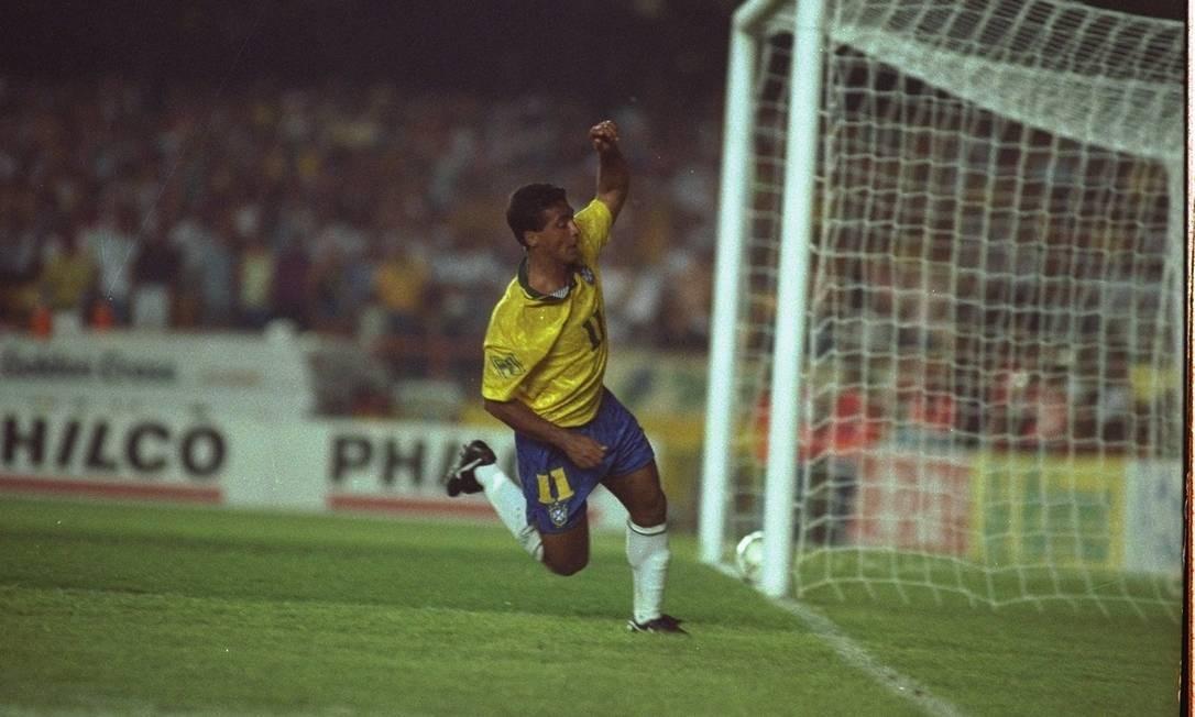 Romário marcando mais um gol contra o Uruguai. Baixinho classificou a seleção para a Copa de 94 Foto: André Durão / O Globo