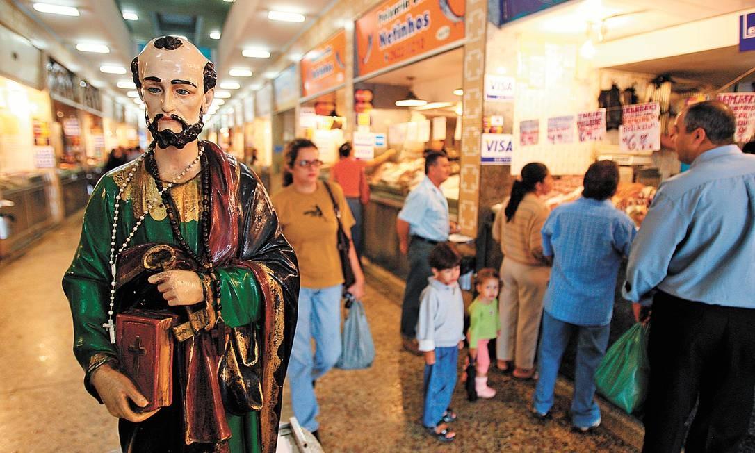 Salve, salve! A imagem de São Pedro no interior do mercado: 40 comerciantes, sete restaurantes e uma loja de material de pesca funcionam no local Foto: Gabriel de Paiva/19-11-2008