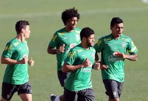 Titulares da seleção brasileira na última partida correm ao redor do gramado no treino desta segunda-feira em Belo Horizonte Foto: VIPCOMM / Jefferson Bernardes