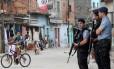 Policiais reforçam o patrulhamento em Manguinhos após tiroteio entre PMs e traficantes