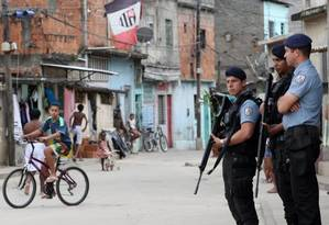 Policiais reforçam o patrulhamento em Manguinhos após tiroteio entre PMs e traficantes Foto: Guilherme Pinto