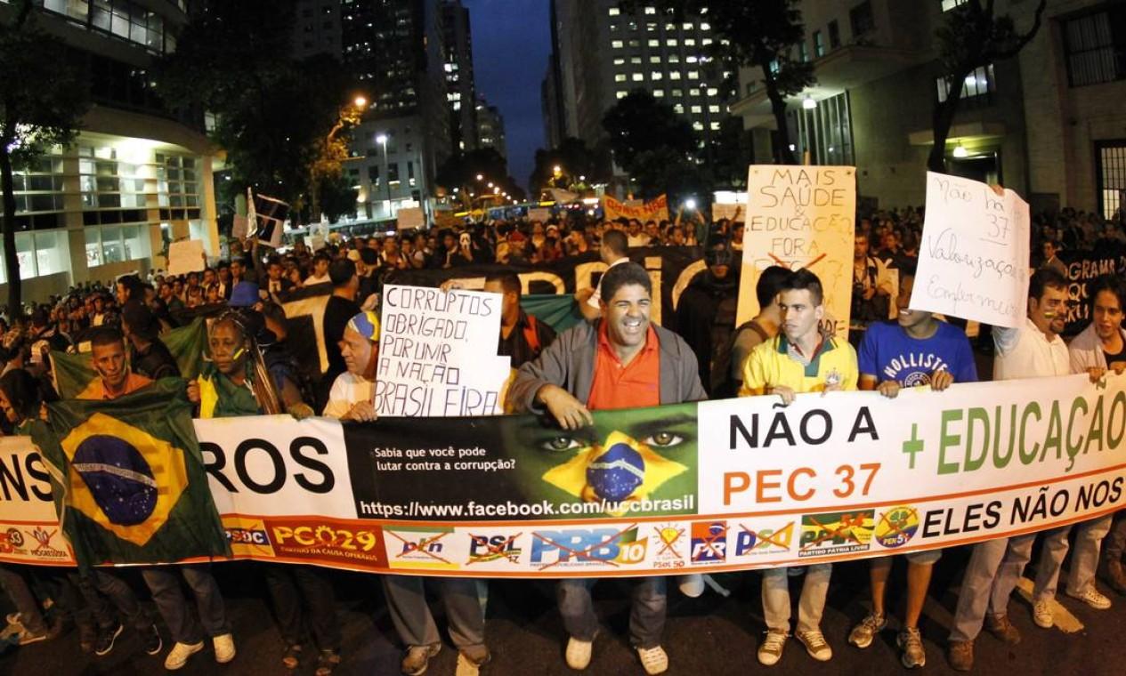 Faixas e cartazes com pedidos variados foram usados por manifestantes que percorreram a Avenida Rio Branco Foto: Marcelo Piu / Agência O Globo