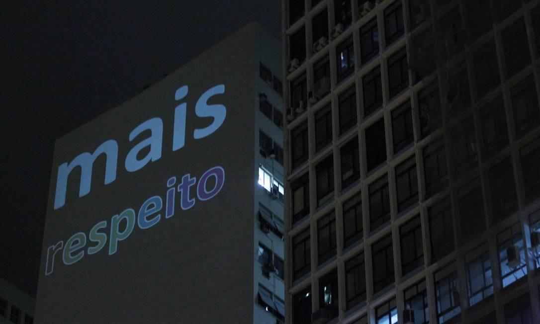 Mais respeito: é o que pedem manifestantes e mensagem em prédio do Centro Marcelo Piu / Agência O Globo