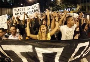Cerca de duas mil pessoas protestam no Centro na noite desta segunda-feira Foto: Marcelo Piu / Agência O Globo