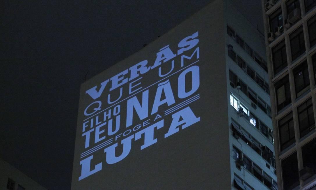 Prédios da Avenida Rio Branco exibem mensagens de apoio aos manifestantes Marcelo Piu / Marcelo Piu
