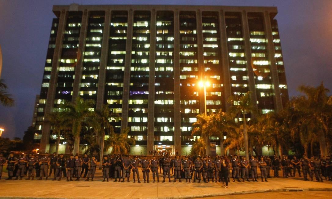 Policiais Militares fazem cordão de isolamento em frente à sede da prefeitura, na Cidade Nova Pedro Kirilos / Agência O Globo