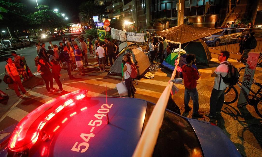 Na Zona Sul, manifestantes permanecem acampados na esquina da rua onde mora o governador Sérgio Cabral Pedro Kirilos / Agência O Globo
