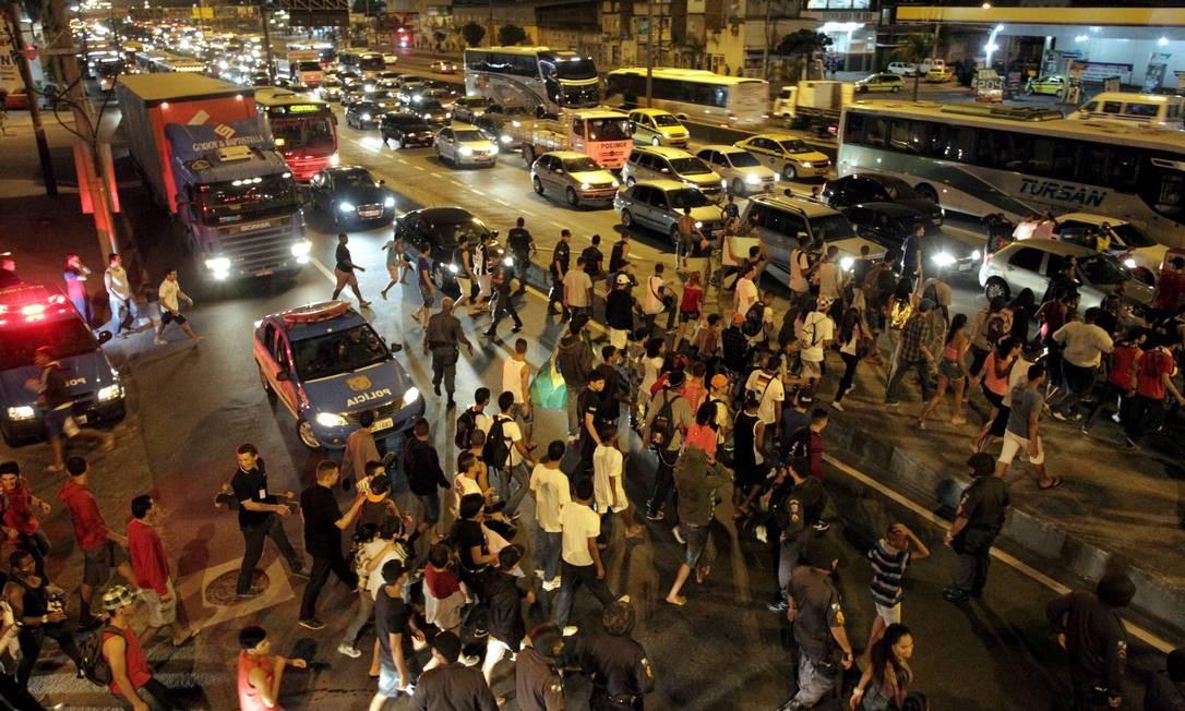 Em Bonsucesso, dezenas de manifestantes tentam fechar a Avenida Brasil Marcelo Theobald / Agência O Globo