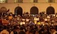 Centenas de pessoas protestam em frente à Camara dos Vereadores, no Centro