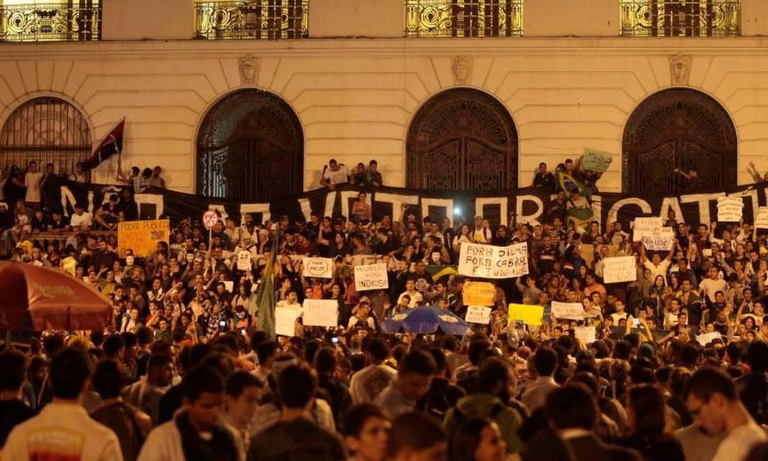 Centenas de pessoas protestam em frente à Camara dos Vereadores, no Centro Cléber Júnior