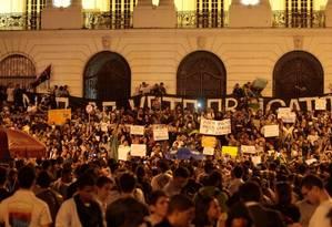 Centenas de pessoas protestam em frente à Camara dos Vereadores, no Centro Foto: Cléber Júnior