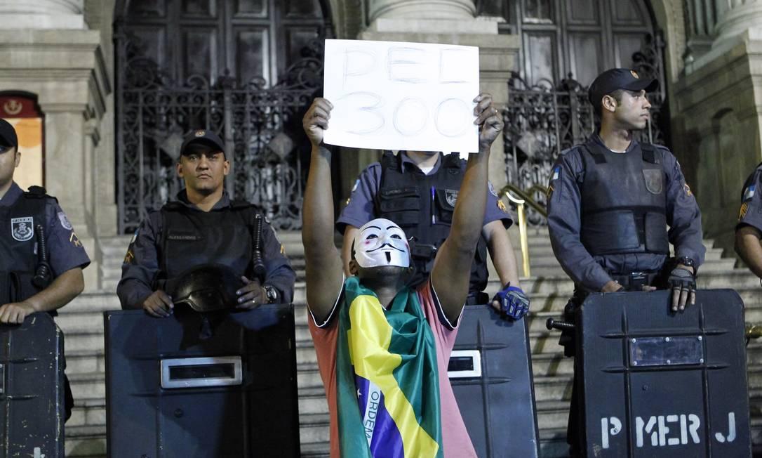 RI - Rio de Janeiro - 24/06/2013 - Manifestantes se reúnem na Cinelândia, em frente ao theatro Municipal - Foto Marcelo Piu / Agência o globo Marcelo Piu / Agência O Globo