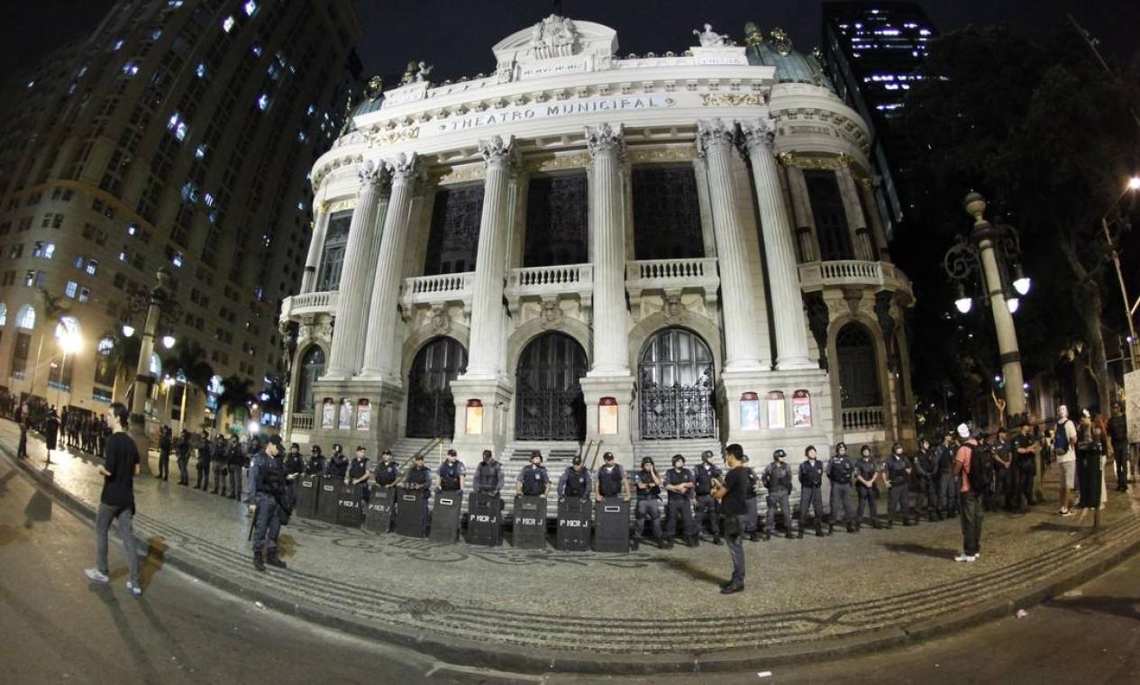 RI - Rio de Janeiro - 24/06/2013 - Manifestantes se reúnem na Cinelândia, em frente ao theatro Municipal - Foto Marcelo Piu / Agência o globo Foto: Marcelo Piu / Agência O Globo