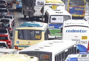 Trânsito lento na Avenida Rodrigues Alves Foto: Agência O Globo / Pablo Jacob