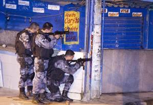 Policiais militares fizeram operação na Nova Holanda durante a madrugada Foto: Fernando Quevedo / Agência O Globo
