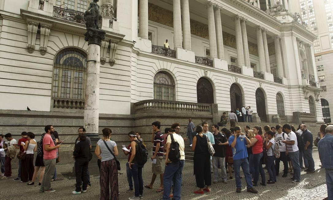 Fila de pessoas que queriam assistir à sessão na Câmara Municipal Foto: Gabriel de Paiva / O Globo