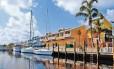 Tranquilidade. Os prédios coloridos do Fishermen's Village, área de compras de Port Charlotte