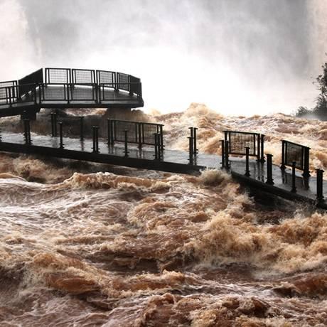 Cheia no Rio Iguaçu bloqueia acesso à passarela Garganta do Diabo Foto: Cataratas do Iguaçu S.A/Divulgação