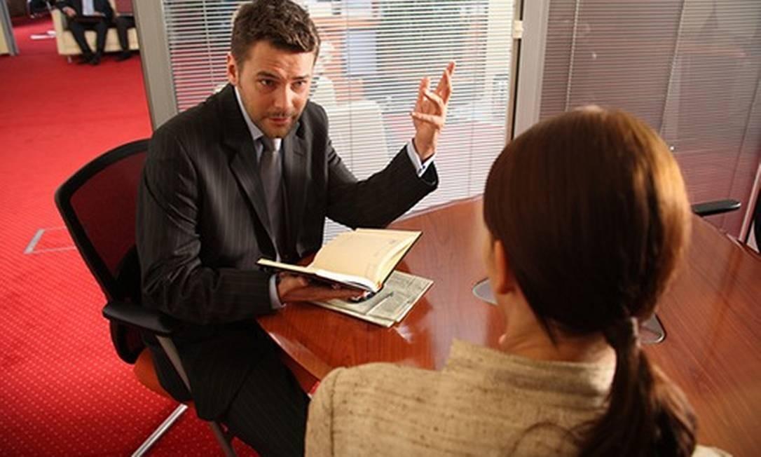 Gesticular demais durante a entrevista pode prejudicar a imagem do profissional diante do recrutador Foto: Reprodução da internet