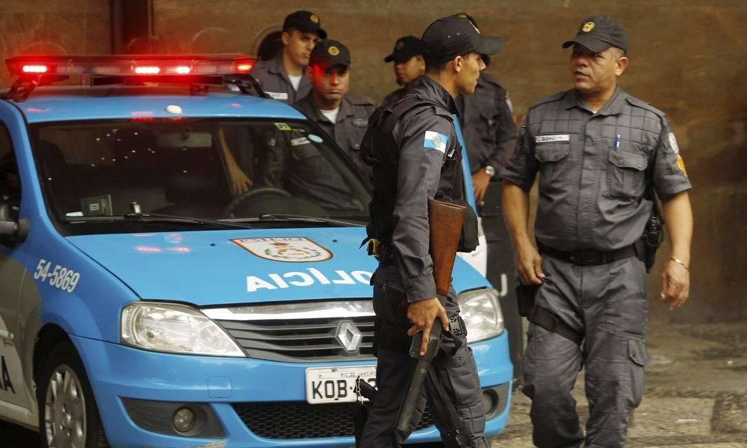 Policiais militares posicionados na entrada do prédio da Secretaria de Segurança Foto: Gabriel de Paiva / Agência O Globo