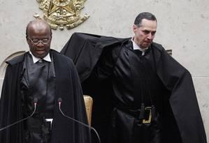 Roberto Barroso e o presidente do STF, Joaquim Barbosa, na posse do novo ministro Foto: André Coelho / Agência O Globo
