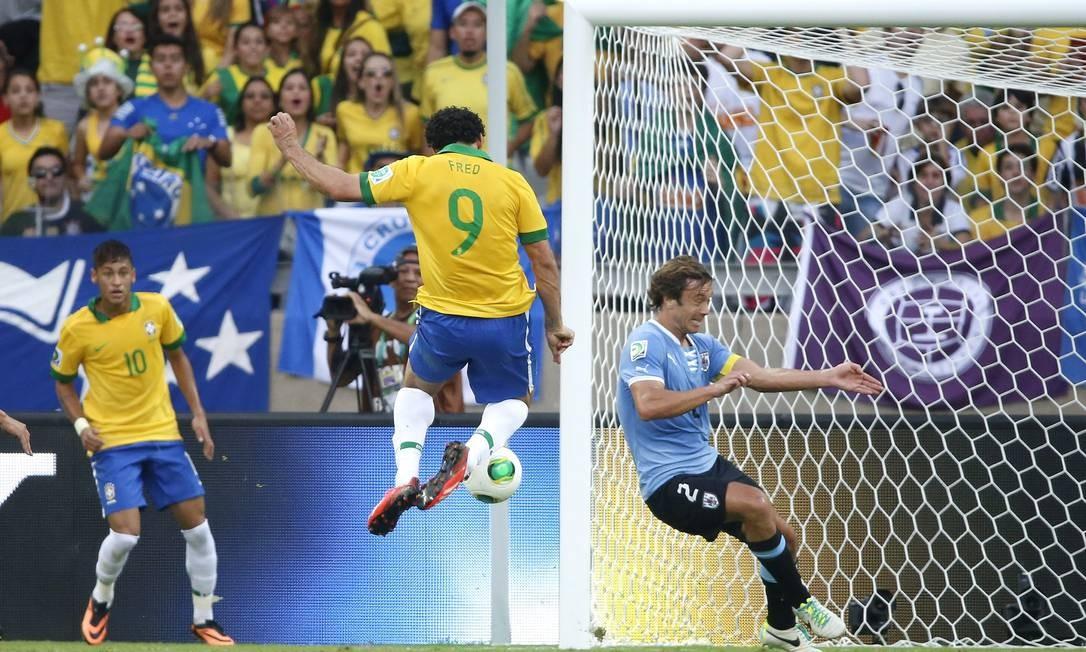 Fred chuta para marcar 1 x 0 no Uruguai Foto: Ivo Gonzalez / Agência O Globo