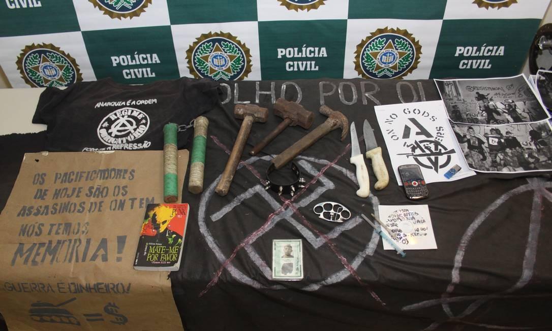 Material apreendido na casa de Arthur dos Anjos indiciado por dano e formação de quadrilha durante as manifestações no Centro Foto: Diego Reis / Divulgação Polícia Civil