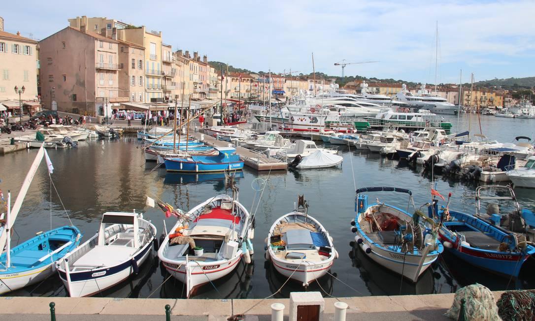 Barquinhos de pesca e iates ancorados no porto St-Tropez, na Cote d'Azur Bruno Agostini / O Globo