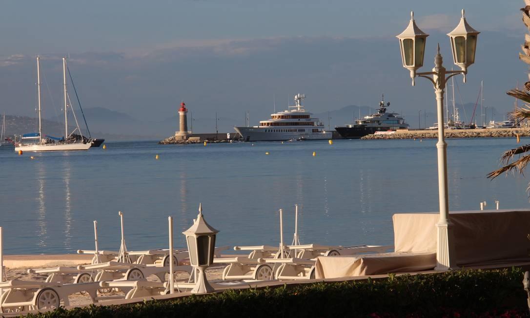Vista do Restaurante La Vague d'Or, par o Mediterrâneo, em St-Tropez, na Cote dAzur. O restaurante foi o único na França a ganhar três estrelas na edição 2013 do Guia Michelin Bruno Agostini/O Globo