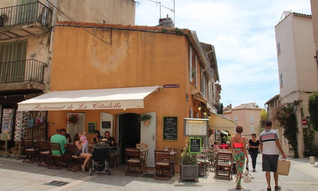 As ruas do centro antigo de St-Tropez são ocupadas por bares e cafés charmosos Bruno Agostini / O Globo