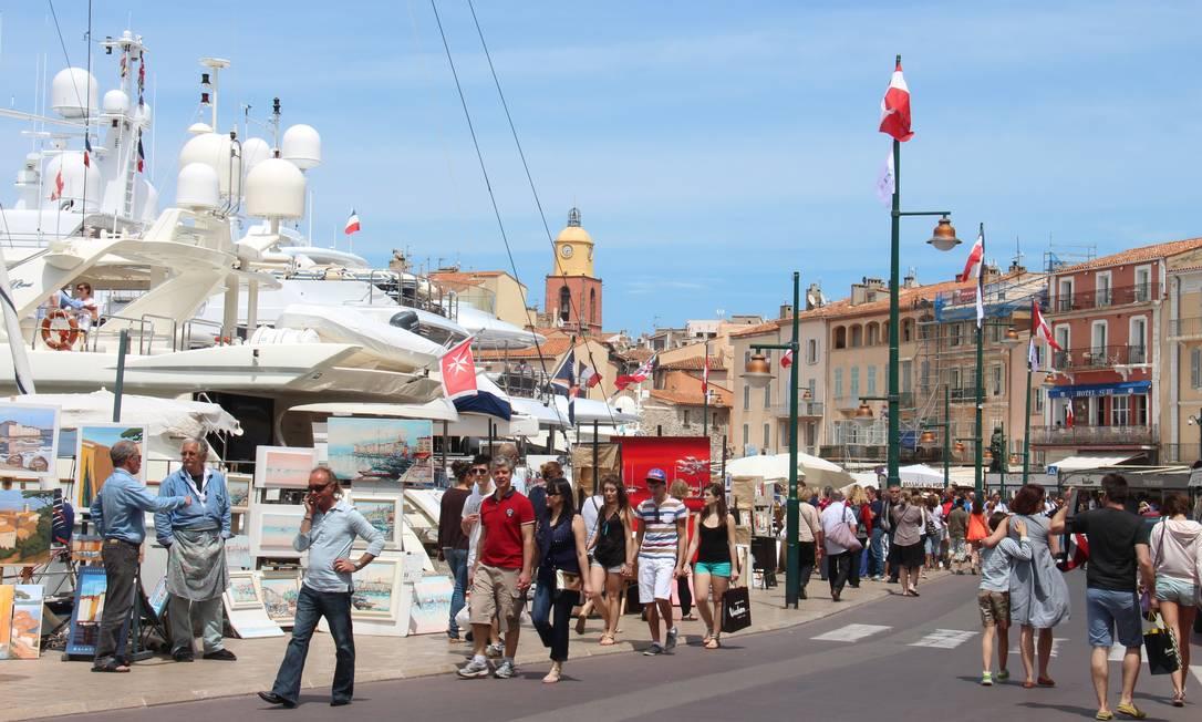 Iates, artistas e restaurantes dividem o espaço no porto de St-Tropez Bruno Agostini / O Globo