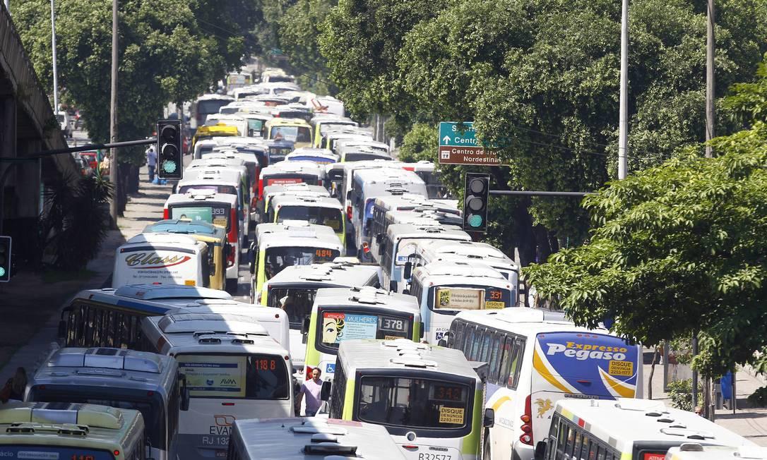 Os donos das ruas. Uma investigação do Tribunal de Contas do Município (TCM) para apurar se há formação de cartel no sistema de ônibus do Rio não foi adiante Foto: Pablo Jacob / Agência O Globo