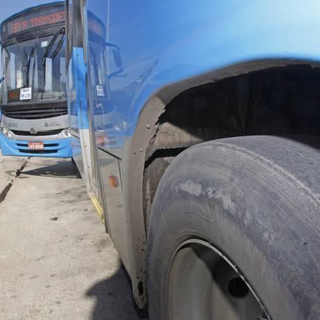 Pneu careca de um ônibus da empresa Pégaso na Zona Oeste Foto: Extra / Roberto Moreyra