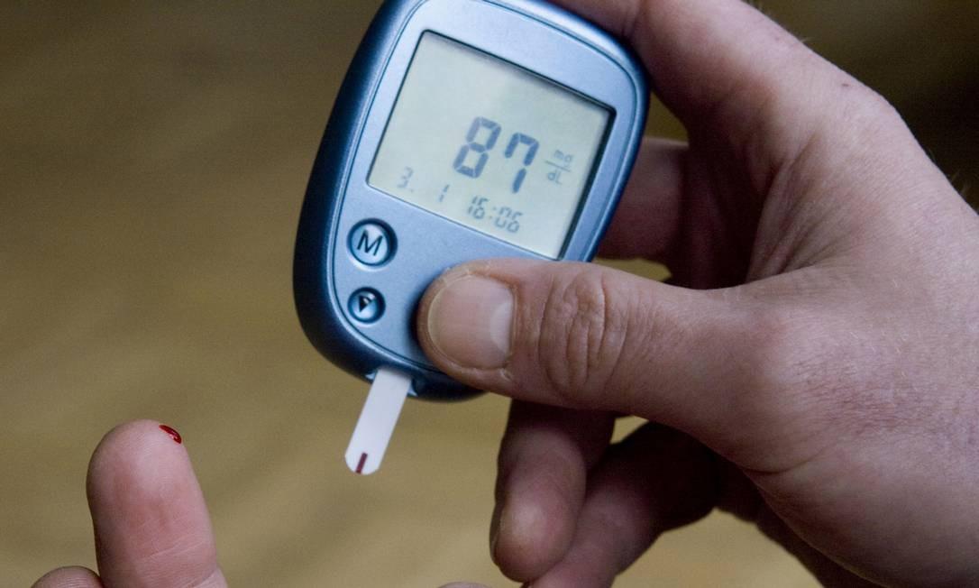 Foto mostra um diabético controlando o seu nível de açúcar no sangue: nova vacina dá esperança no tratamento da diabetes tipo 1 Foto: Joerg Sarbach / AP