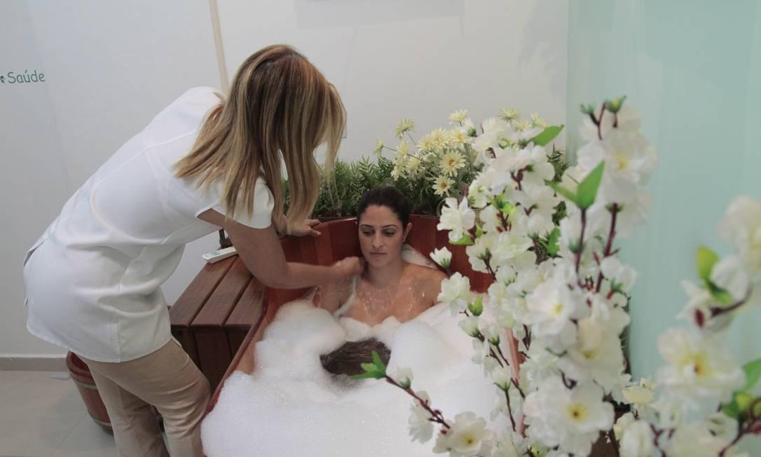 Tratamento especial. Camila Camargo é banhada por Adriana no ofurô Foto: Agência O Globo / Rodrigo Bertolucci