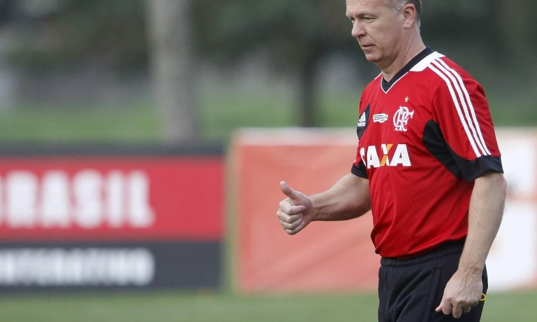 Mano Menezes em Pinheiral. Treinador que fazer testes durante o amistoso contra o São Paulo Foto: Marcos Tristão / Agência O Globo