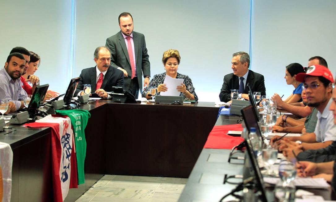 Dilma recebe no Palácio do Planalto representantes de movimentos da juventude Foto: Givaldo Barbosa / O Globo