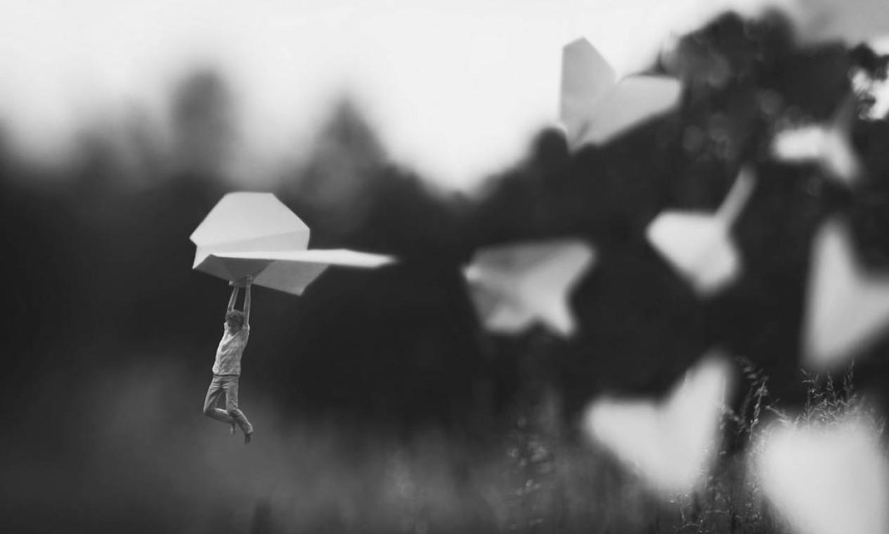 """Zev Hoover, de 14 anos, criou projeto de fotografia """"Little folk"""", em que fica menor que tamanho de objetos. Nesta foto, por exemplo, ele pega carona em um aviãozinho de papel Foto: Zev Hoover/ Fiddle Oak / Reprodução de internet"""