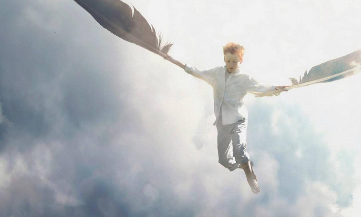 Representando o ar, Zev alcança os céus segurando duas grandes penas Foto: Zev Hoover/ Fiddle Oak / Reprodução de internet