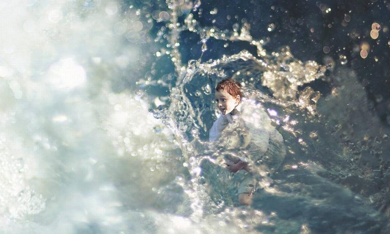 Alegre, o adolescente aparece dentro da água Foto: Zev Hoover/ Fiddle Oak / Reprodução de internet