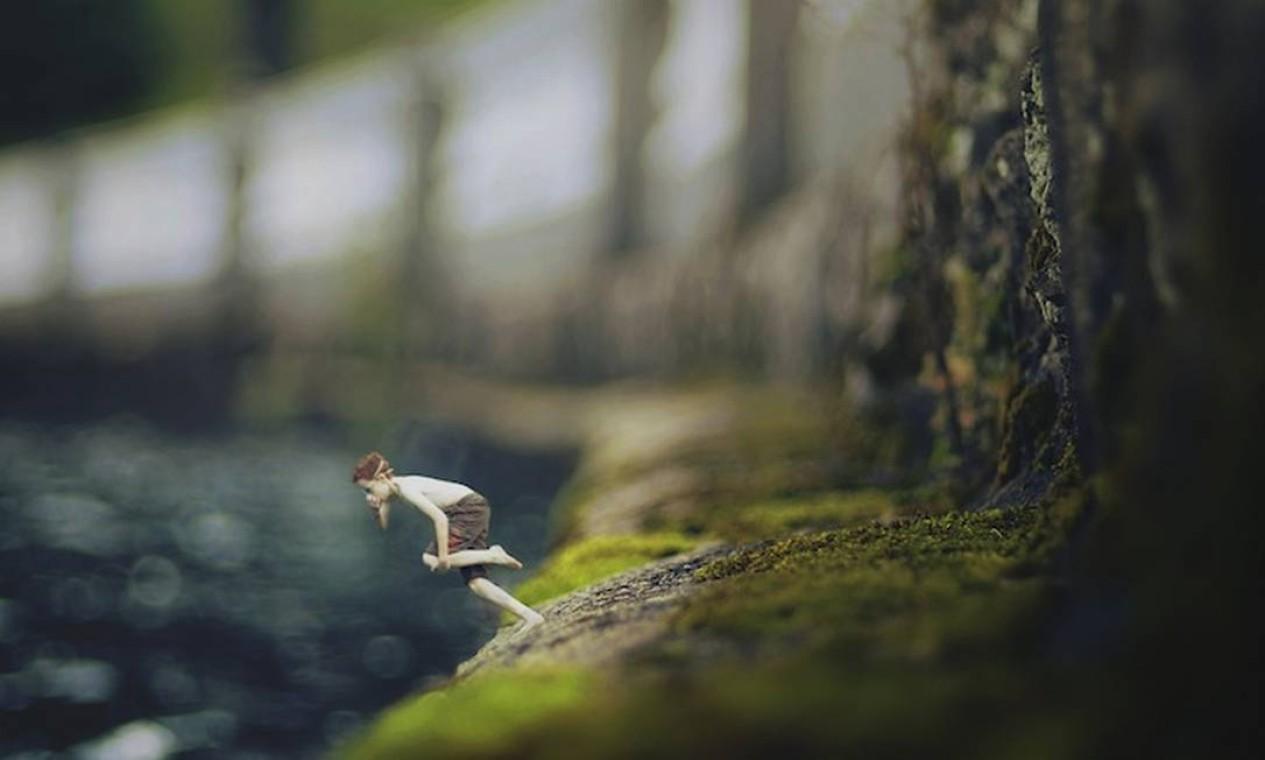 Em meio ao limo de pedras, Zev se prepara para pular na água Foto: Zev Hoover/ Fiddle Oak / Reprodução de internet