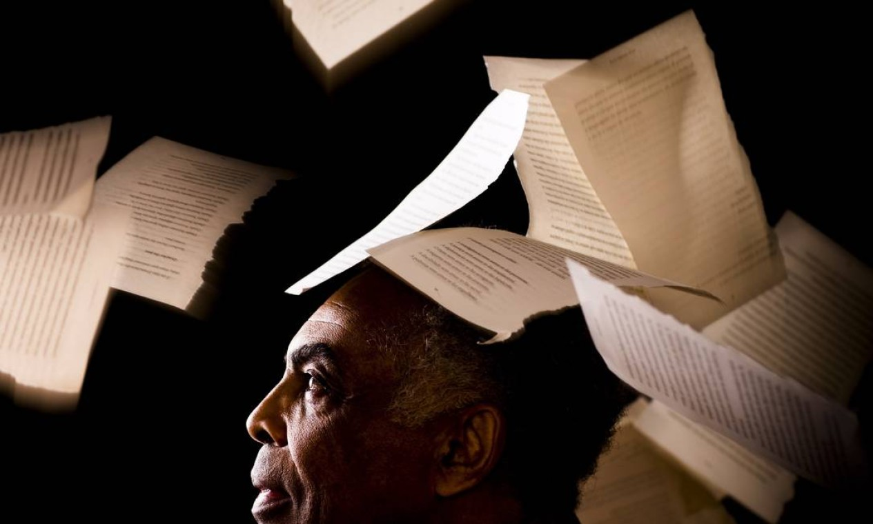 Gil se submeteu com paciência e bom humor à 'chuva de páginas de livros': 'Tirei umas 50 fotos até ter uma que prestasse, afinal não dá pra controlar as folhas', contou Fabio Foto: Fabio Seixo / Agência O Globo