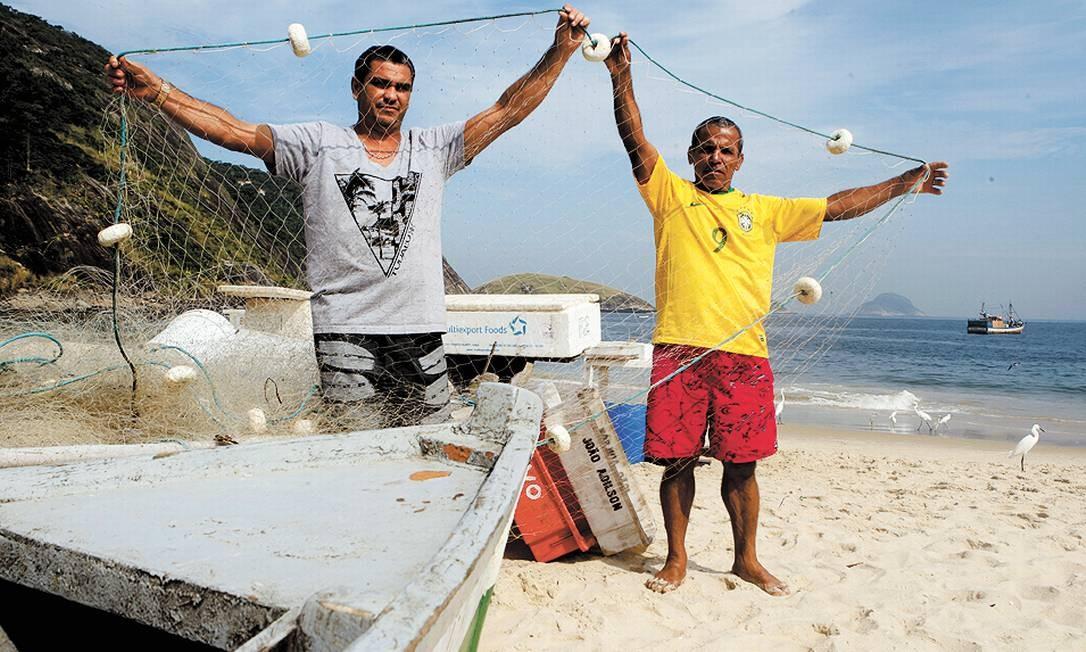Pescadores. O lodo entra nas tocas afugenta espécies de peixes Foto: Gustavo Stephan / Agência O Globo