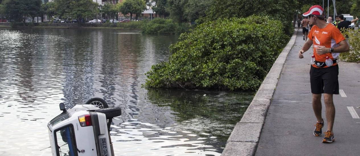 Carro caiu na Lagoa Rodrigo de Freitas, na altura da Fonte da Saudade Foto: Daniela Dacorso / Agência O Globo