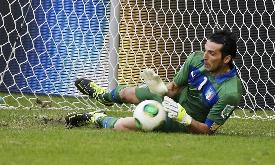 Buffon pega uma das cobranças do Uruguai na disputa de pênaltis na Fonte Nova Foto: Guito Moreto / O Globo